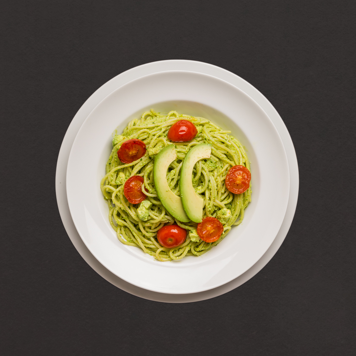 spaghetti mit cremigem avocado macadamiapesto und gebratenen tomaten rezept kochhaus. Black Bedroom Furniture Sets. Home Design Ideas