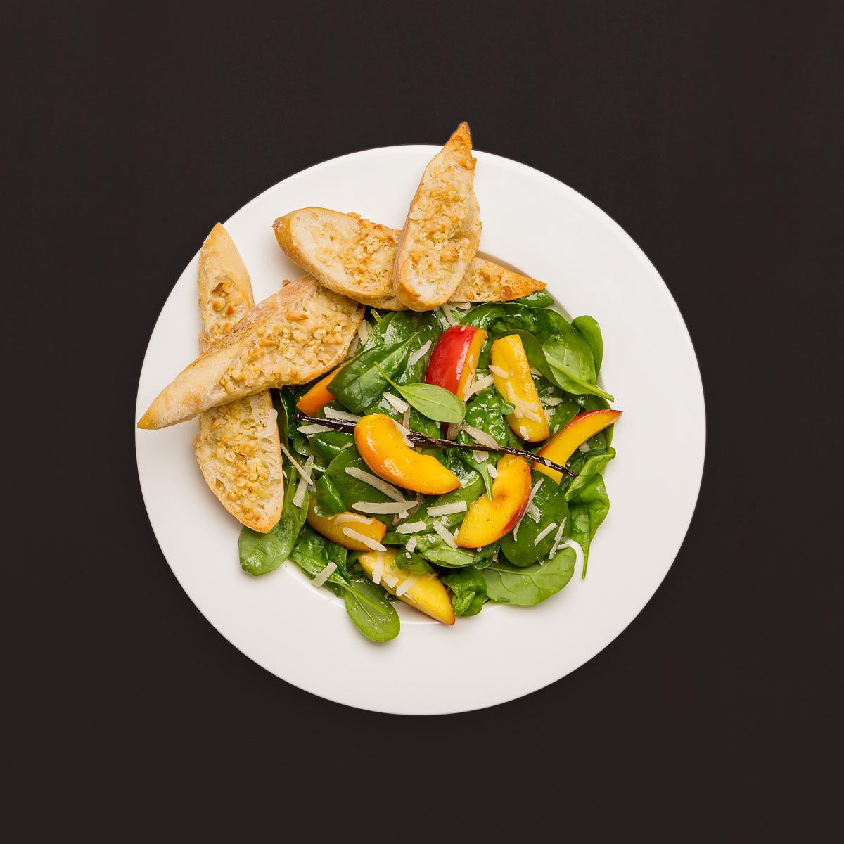 spinatsalat mit ahornsirup nektarinen und pinienkern crostini rezept kochhaus. Black Bedroom Furniture Sets. Home Design Ideas