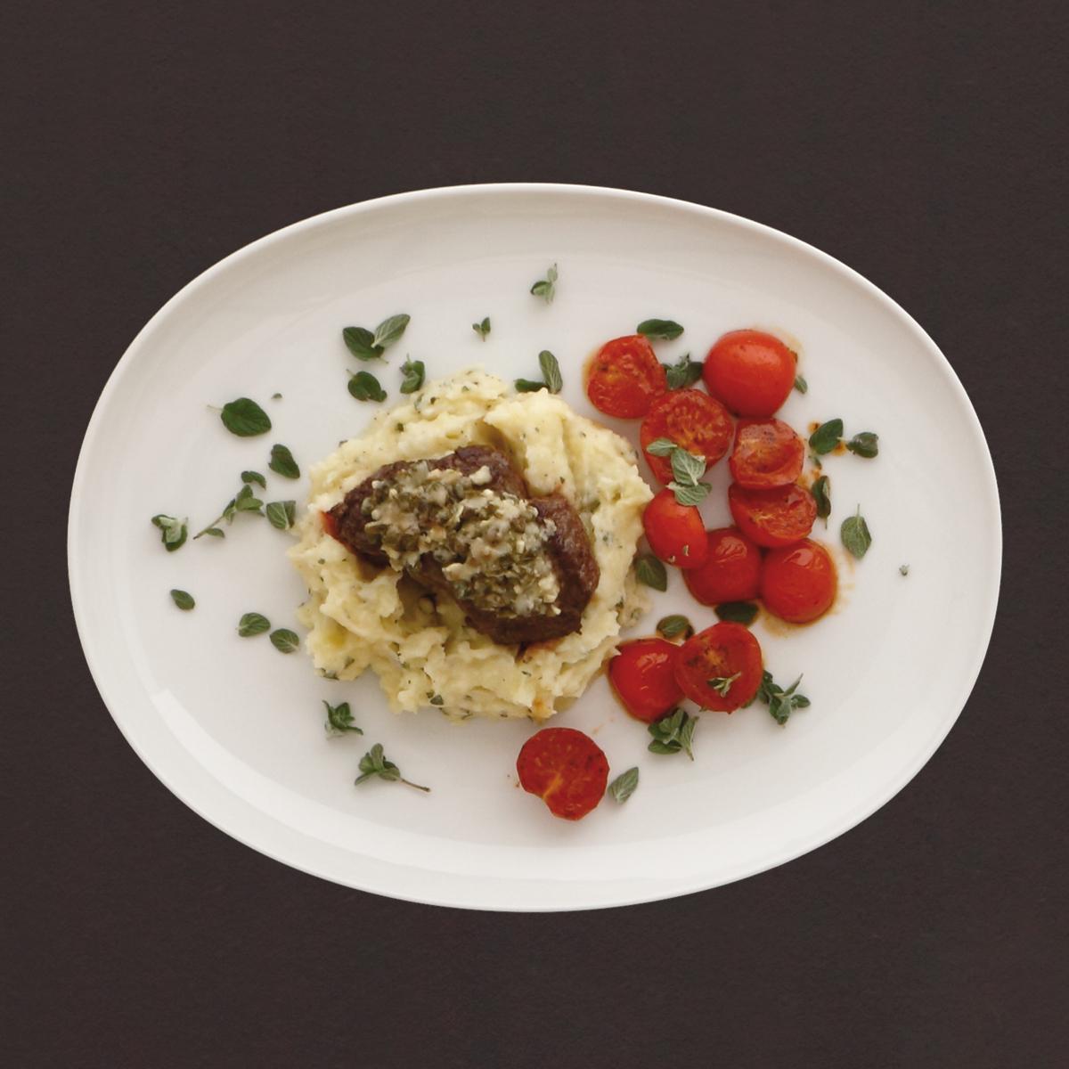 rinderfilet in kapernkruste auf kartoffelstampf und geschmorten tomaten rezept kochhaus. Black Bedroom Furniture Sets. Home Design Ideas